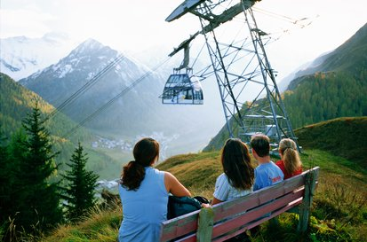 Panorama-gondola Twinliner Samnaun L1 with the mountain backdrop of Ischgl in the background
